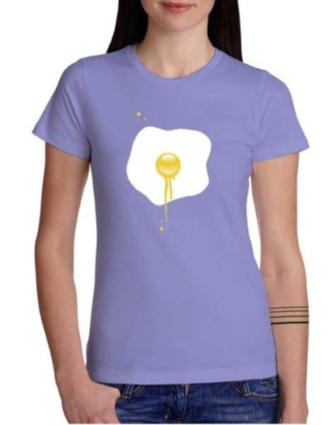 חולצה מודפסת עם הביצה שנוזלת