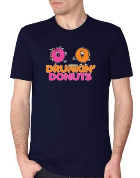 """חולצה אדירה עם ההדפס """"DRUNKIN DONUTS"""""""