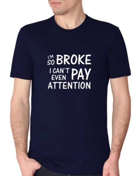 """חולצה מצחיקה עם הדפס """"I'M SO BROKE I CAN'T EVEN PAY ATTENTION"""""""