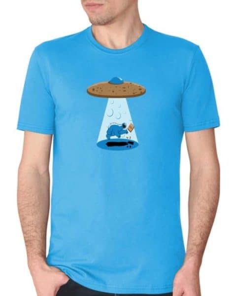 """חולצה הזויה עם הדפס """"עוגי נחטף"""""""