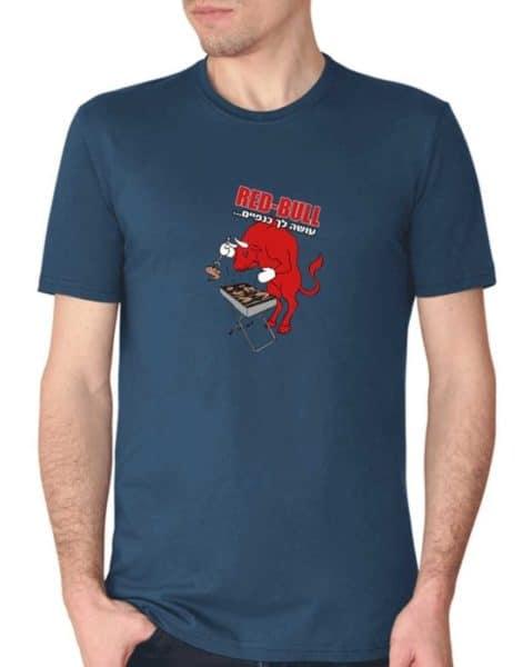 """חולצה מגניבה עם הדפסה של """"רד בול עושה לך כנפיים"""""""