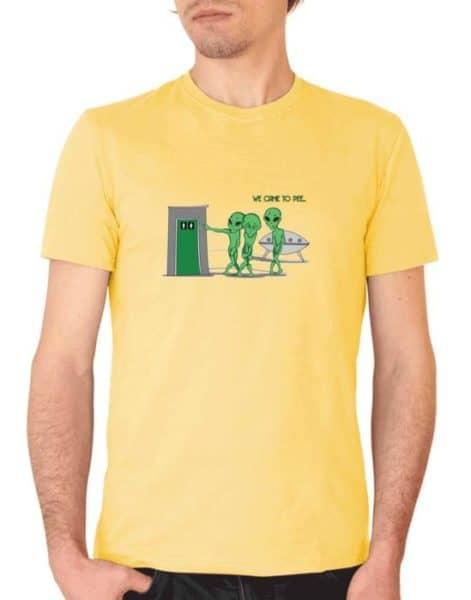 """חולצת מצחיקה עם ההדפס """"we come to pee"""""""
