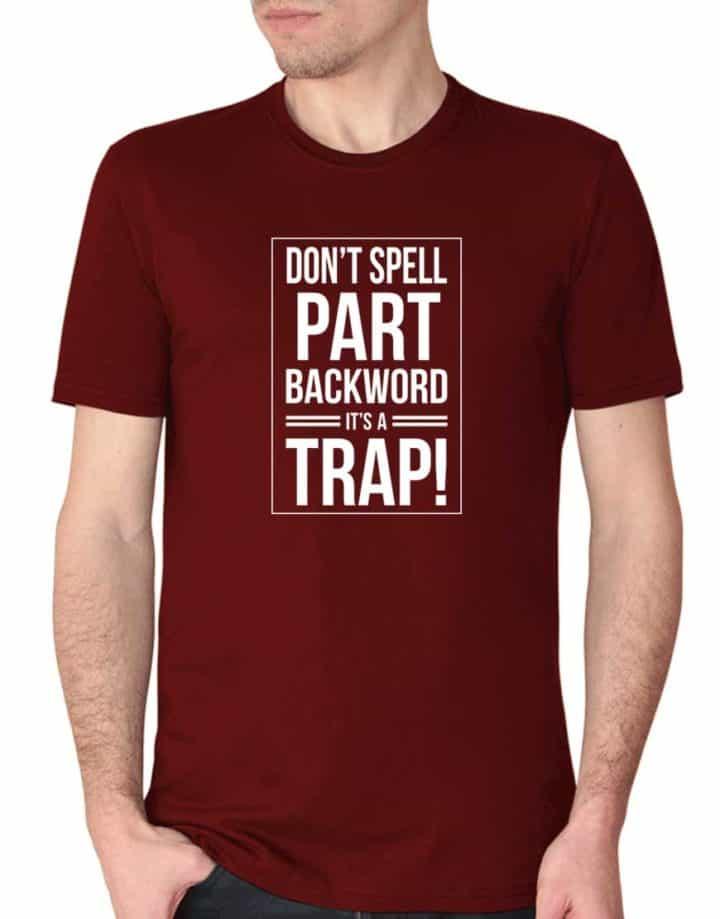 """חולצה מצחיקה עם ההדפס """"don't spell part backwords its a trap"""""""